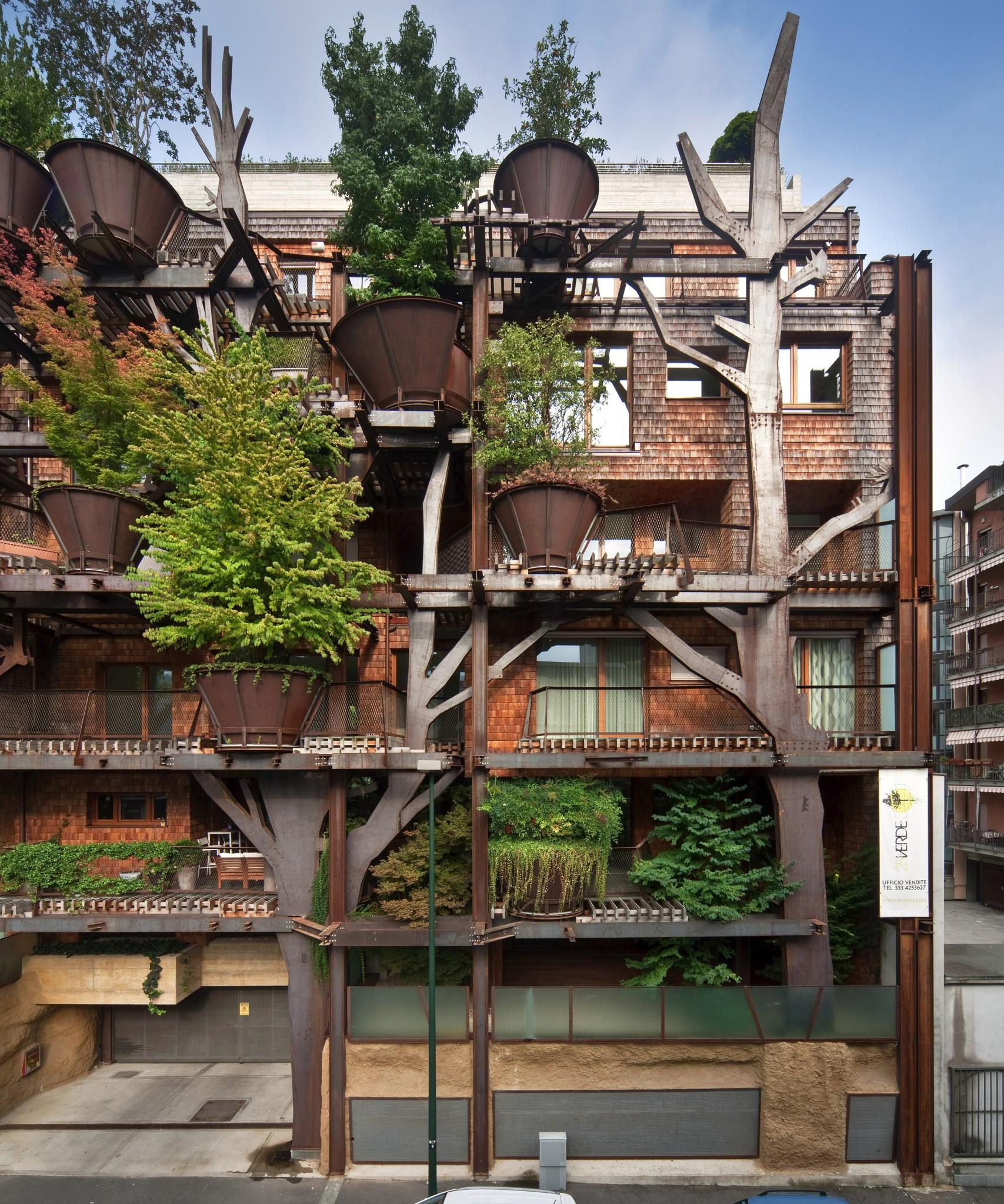"""Уникальный городской """"дом на дереве"""" защищает своих жильцов ."""