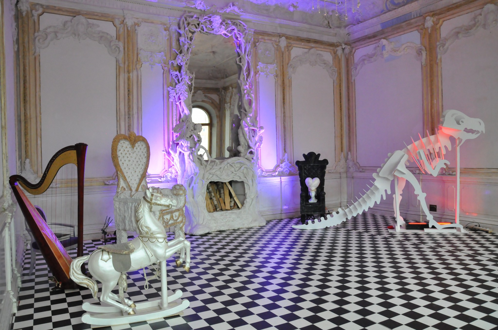 Алиса в Стране чудес. Тронный зал Белой и Красной-королевы
