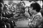 Митинг хиппи против войны во Вьетнаме у здания Пентагона, 1967