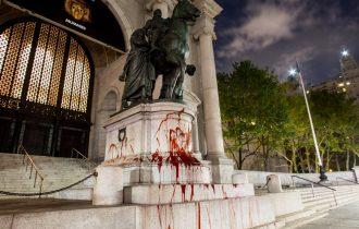 Активисты облили монумент Рузвельта красной краской в Нью-Йорке