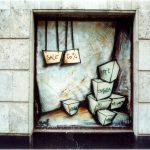 Стрит-арт | Антон Мэйк | Работа 2001 года на витрине Тверской улицы